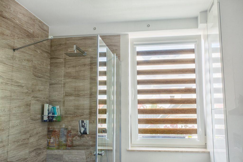 Rolety do łazienki- jak stylowo zachować prywatność?