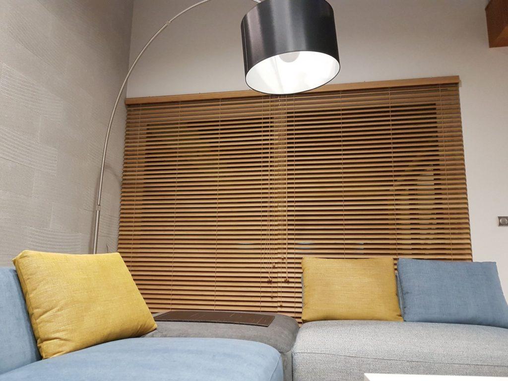 Zdjęcie pokazuje żaluzję drewnianą zamontowaną w salonie