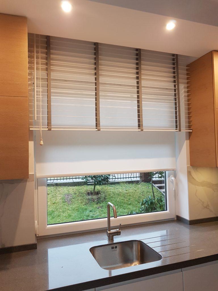 Obrazek pokazuje żaluzję drewnianą w kuchni