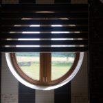 zdjęcie pokazuję roletę dzień noc zasłaniającą okrągłe okno